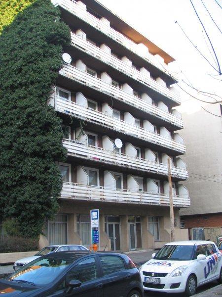 Leslie Apartments