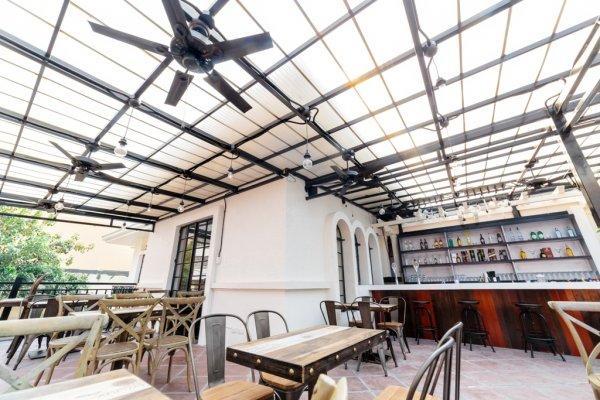 Auberge Tambayan Capsule  & Bar