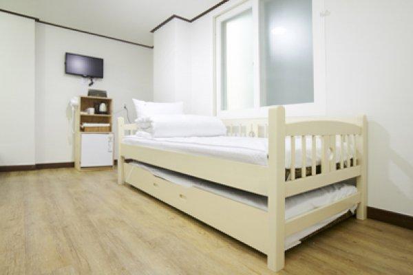 24 Guesthouse Sinchonyonseiro
